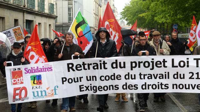 Photo Ouest-France: notre camarade du PCF et du SNES Michel Payen en première ligne derrière la banderole