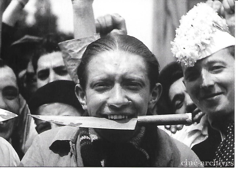 """Photogramme tiré du film """"Grèves d'occupations"""" réalisé par le collectif Ciné Liberté en 1936 (Ciné Archives - fonds audiovisuel du PCF, carte cadeau avec le coffret DVD """"La vie est à nous"""" sur les films du Front Populaire)"""