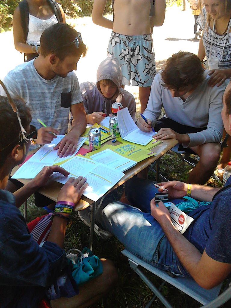 """Des militants du PCF font remplir la grande consultation citoyenne """"Que demande le peuple?"""" au Festival du Bout du Monde de Crozon"""