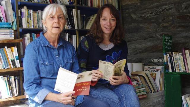 Martine et Julia dans l'ancien lavoir. Il renaît grâce à une bibliothèque autonome. | anaig dantec