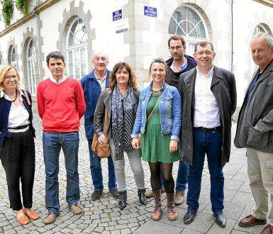 les élus d'opposition à Morlaix: de gauche à droite, Elisabeth Binaisse (PS, coopérative citoyenne), Ismaël Dupont (PCF-Front de Gauche), Hervé Gouédard (PS, coopérative citoyenne), Valérie Scattolin (Front de Gauche), Sarah Noll (Coopérative citoyenne), Jean-Philippe Bapcérès (Coopérative citoyenne), Jean-Paul Vermot (PS, Coopérative citoyenne), Jean-Pierre Cloarec (Coopérative citoyenne)
