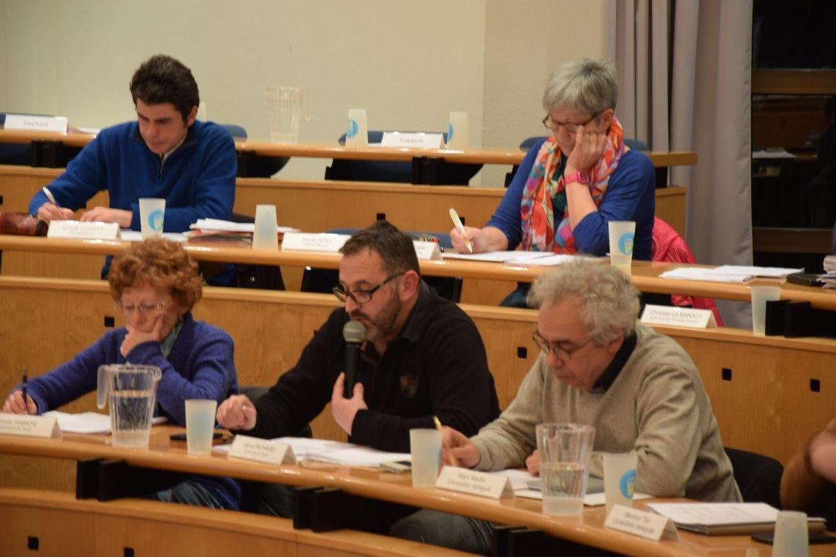 Hervé Richard, ici entre Marc Madec (St Thégonnec) et Annie Hamon (maire de Taulé), soutenant la motion de soutien à la fondation Ildys, avant qu'Ismaël Dupont ne présente la motion de défense des bureaux de poste