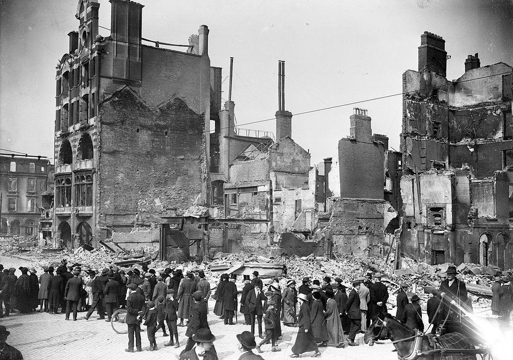 Les ruines de la Dublin Bread Company, Lower Sackville Street (aujourd'hui O'Connell Street), après l'insurrection de Pâques.