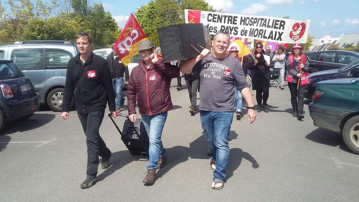 500 personnes, personnels et usagers, ont défilé ce jeudi 27 avril entre l'hôpital et la mairie à Morlaix pour qu'on arrête la casse à l'hôpital public (photos Pierre-Yvon Boisnard et Jean-Luc Le Calvez)