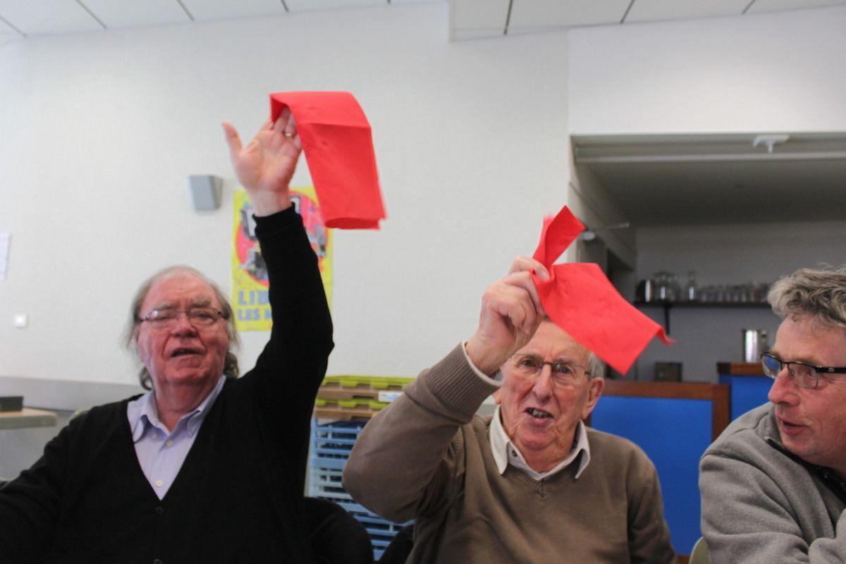 """Jean Redou, entre Alain David et Patrick Béguivin, au banquet communiste de Pont-de-Buis en mars 2016, agitant la serviette sur la chanson du """"Chiffon Rouge"""""""