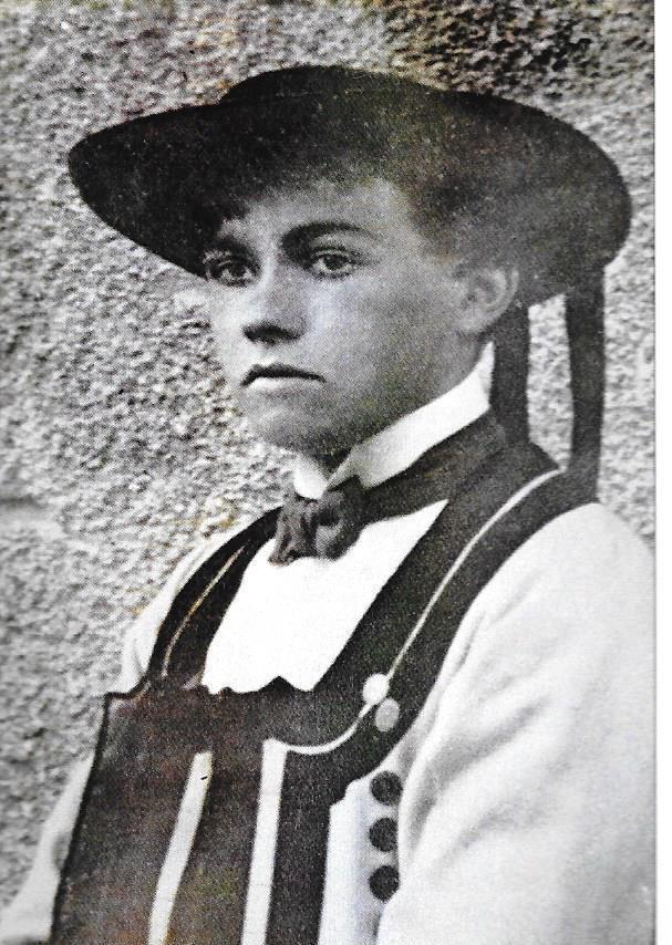 Morvan Marchal jeune (1920), en costume traditionnel breton - fond Mordrel (publié par Sébastien Carney)