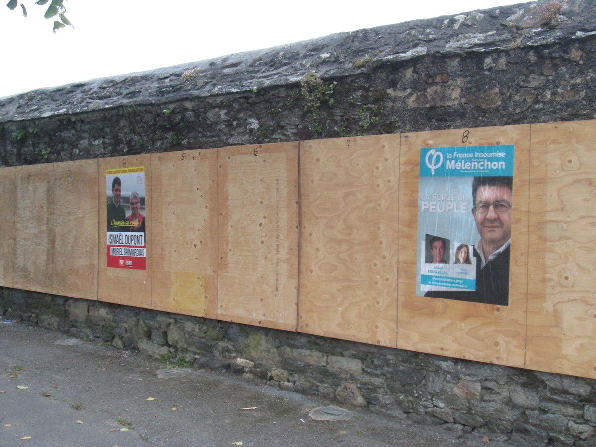 Quelques photos de collage pour les candidats PCF-Front de Gauche la semaine dernière à Morlaix