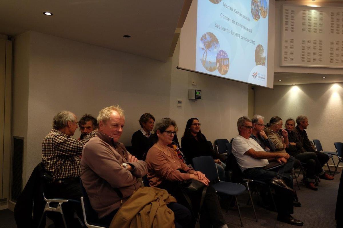 le public était nombreux hier au Conseil Communautaire: élus municipaux de droite et de gauche, militants, Les utopistes...