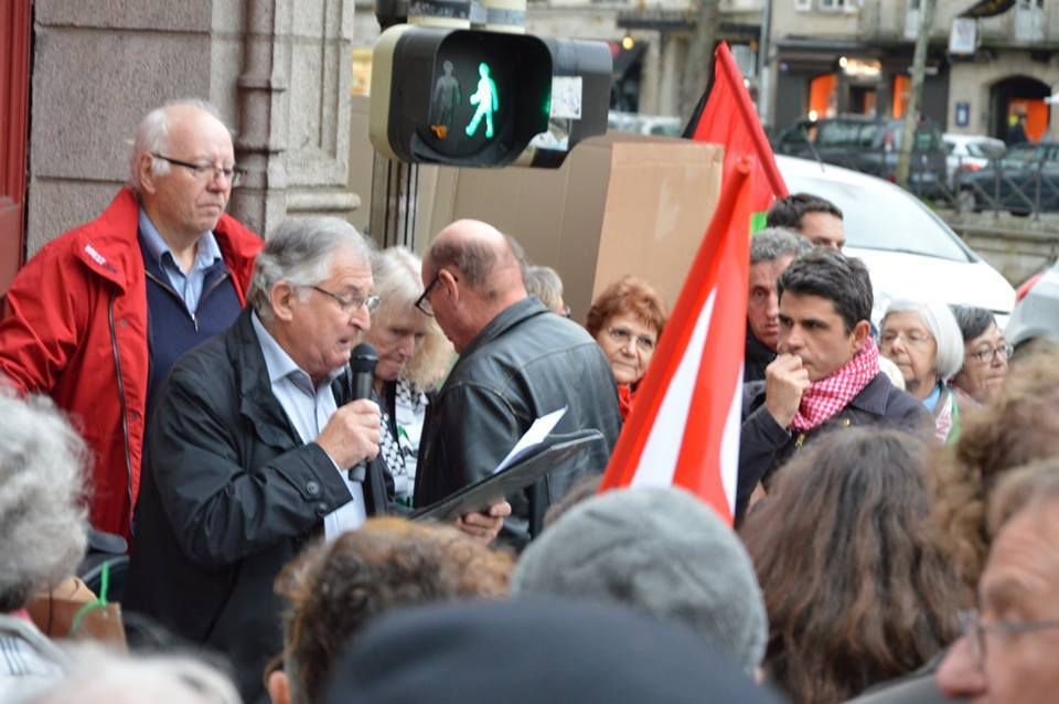 Intervention de Piero Rainero ce 24 octobre devant la Préfecture à Quimper - Rassemblement pour Salah Hamouri (photo Dominique Gontier)