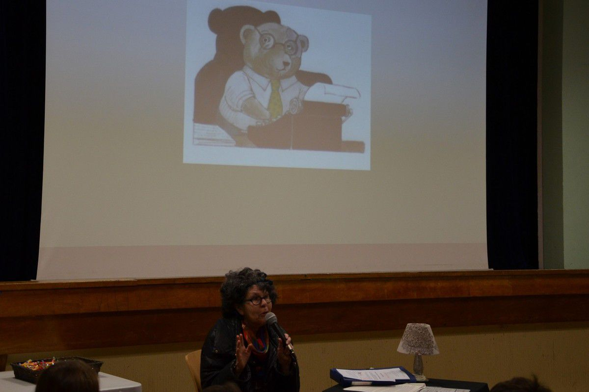 Lucienne Nayet en conférence à Plougasnou (photo de Pierre-Yvon Boisnard le 12 mars 2015)