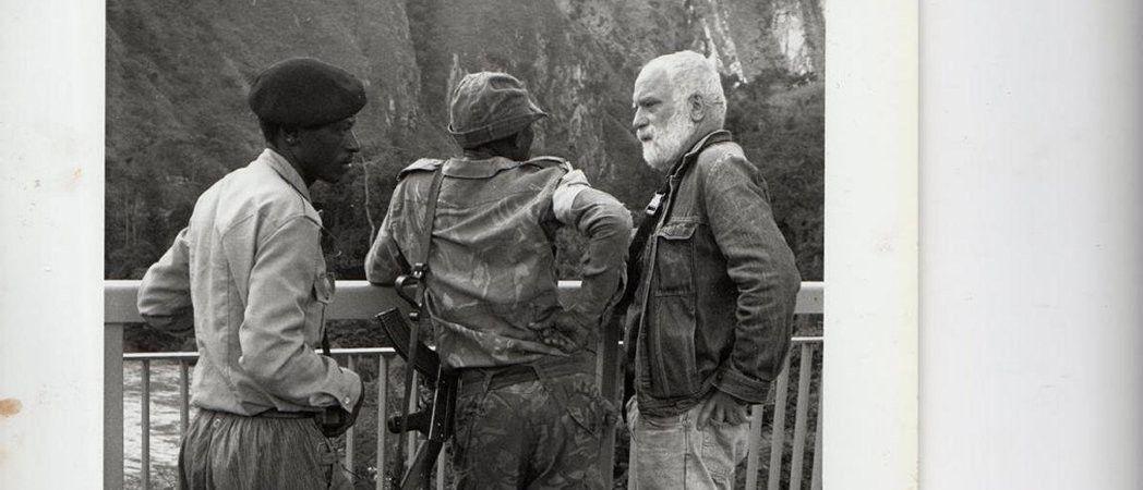 Jean Chatain en compagnie de deux militaires du FPR sur le pont de Rusumo au Rwanda (proche de la frontière avec la Tanzanie), début mai 1994.