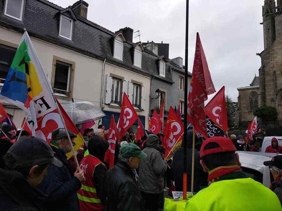 Vendredi 3 janvier 2020: 200 personnes devant la permanence de Richard Ferrand et la gare SNCF à Châteaulin pour dire non à la réforme des retraites Macron