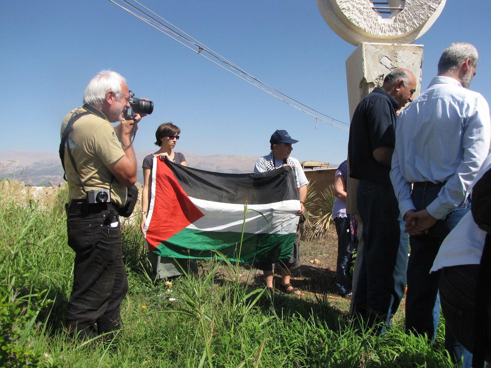 Encore au Liban en septembre 2010, près de la frontière avec Israël, les ruines de la prison de Khiam où des Libanais et des Palestiniens ont été emprisonnés sans jugement dans des minuscules cellules et torturés par l'armée israélienne qui occupait le Sud Liban et ses collabos phalangistes. Et Jean-Marc toujours avec son appareil photo pour témoigner ! - Yvonne et Piero Rainero