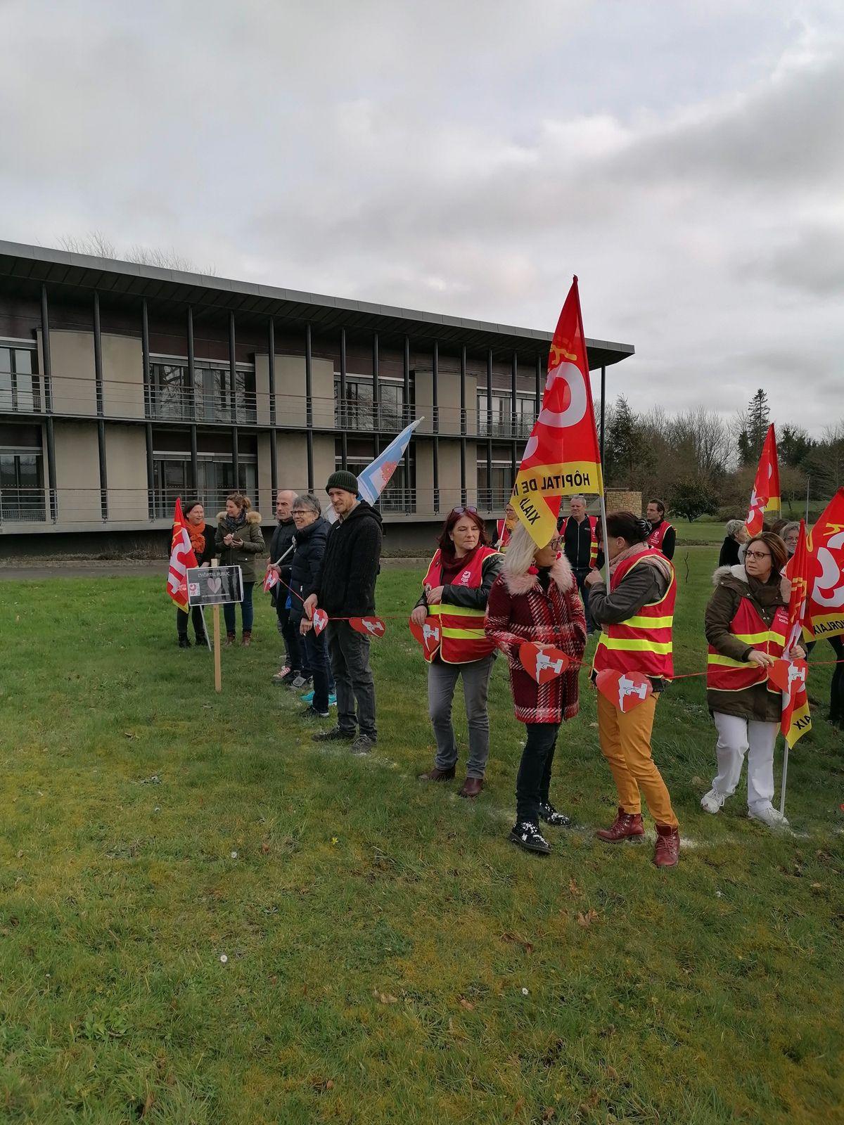 Casse de l'hôpital, fermeture des Mésanges - Le comité de défense de l'hôpital de Morlaix et la CGT manifestaient à Plougonven vendredi 14 février.