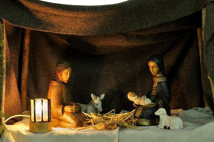 Crèche avec Jésus, Marie et Joseph, l'âne, le boeuf et un mouton