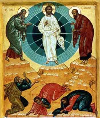 Jésus prend avec lui Pierre, Jacques et Jean et il les emmène sur une haute montagne. Il fut transfiguré devant eux. Voici que leur apparurent Moïse et Elie qui s'entretenaient avec lui.