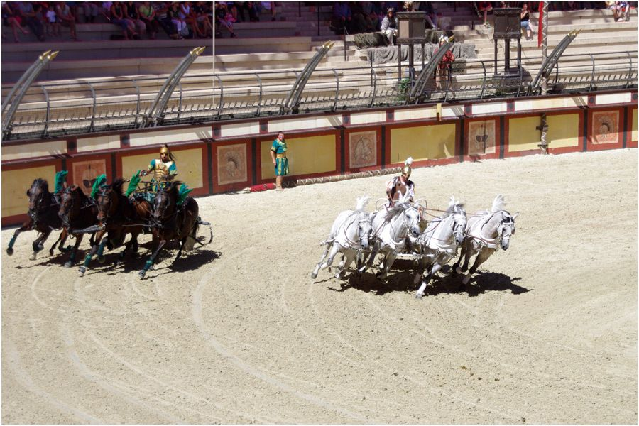 Le Puy du Fou - le stadium Gallo-Romain - la course de chars