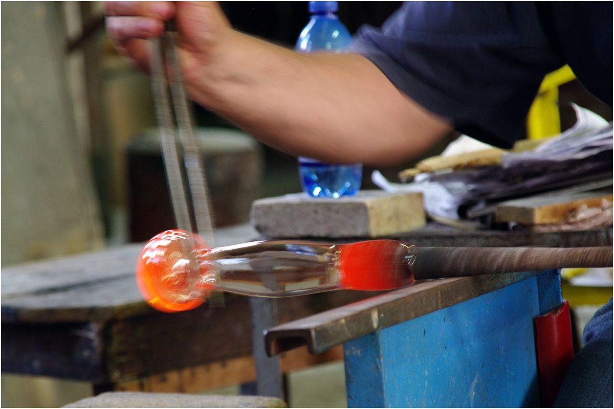 un artisan au travail dans une verrerie