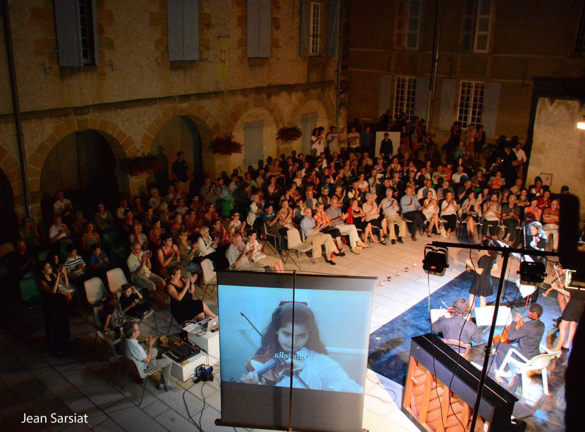 Conquis par le spectacle, les spectateurs applaudissent
