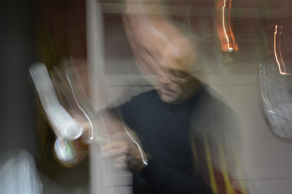 En fin de soirée,  le photographe a fait son dernier cliché (on reconnait  JFL sur le document)... après s'être longuement attardé devant le tonneau du domaine Larroudé où  Estoueigt junior a généreusement servi  un petit bio exquis !