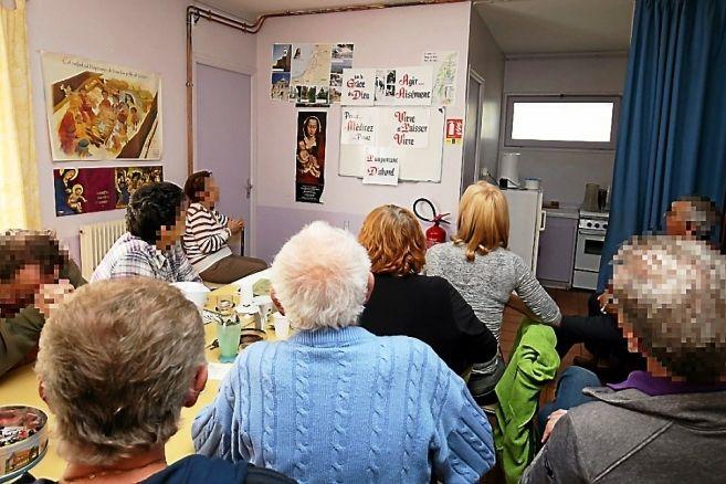 S'ils se retrouvent dans une salle habituellement dédiée au catéchisme, les adhérents du groupe de parole narbonnais affichent aussi, lors des séances, les messages constituant les règles d'or des Alcooliques Anonymes.