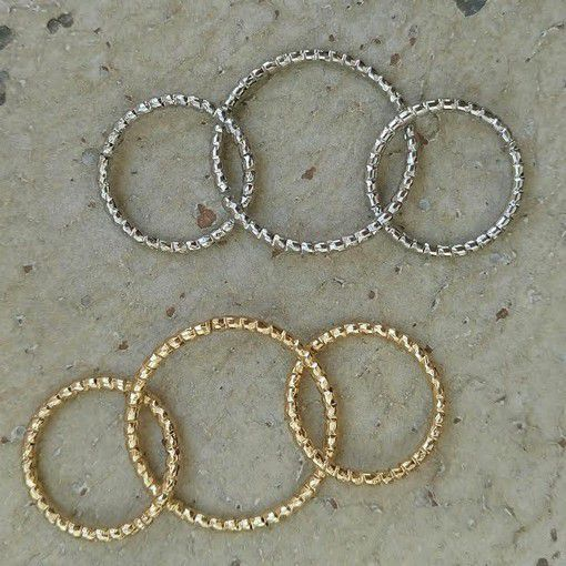 des apprêts, des perles tila miyuki, ... des formes géométrique en époxy ... rien que de très jolies choses ...