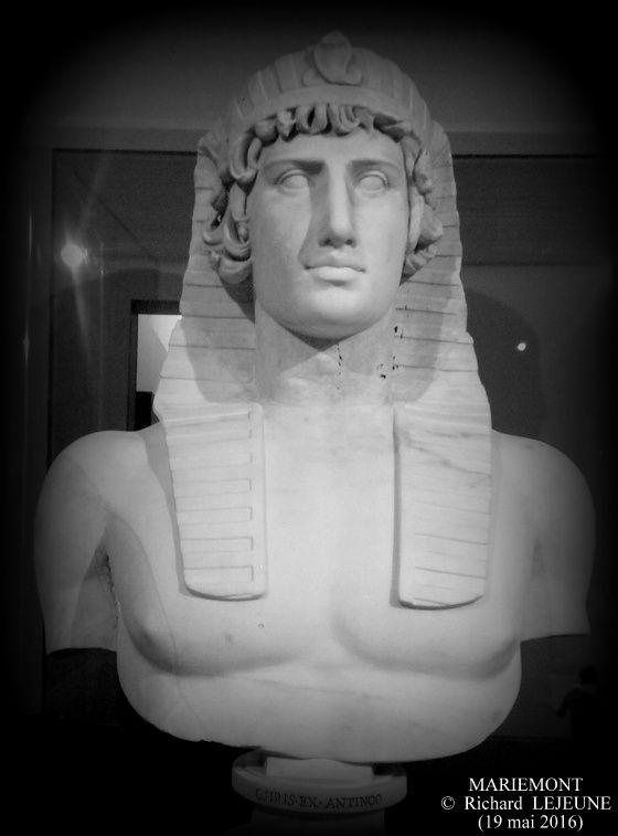 Antinoüs au némès - Louvre, Département des Antiquités grecques, étrusques et romaines (Ma 433)