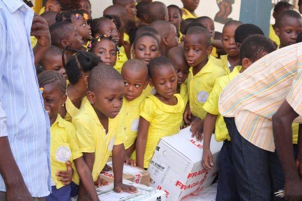 5_Ecole_2015/2016_mai : les livres sont arrivés au Togo