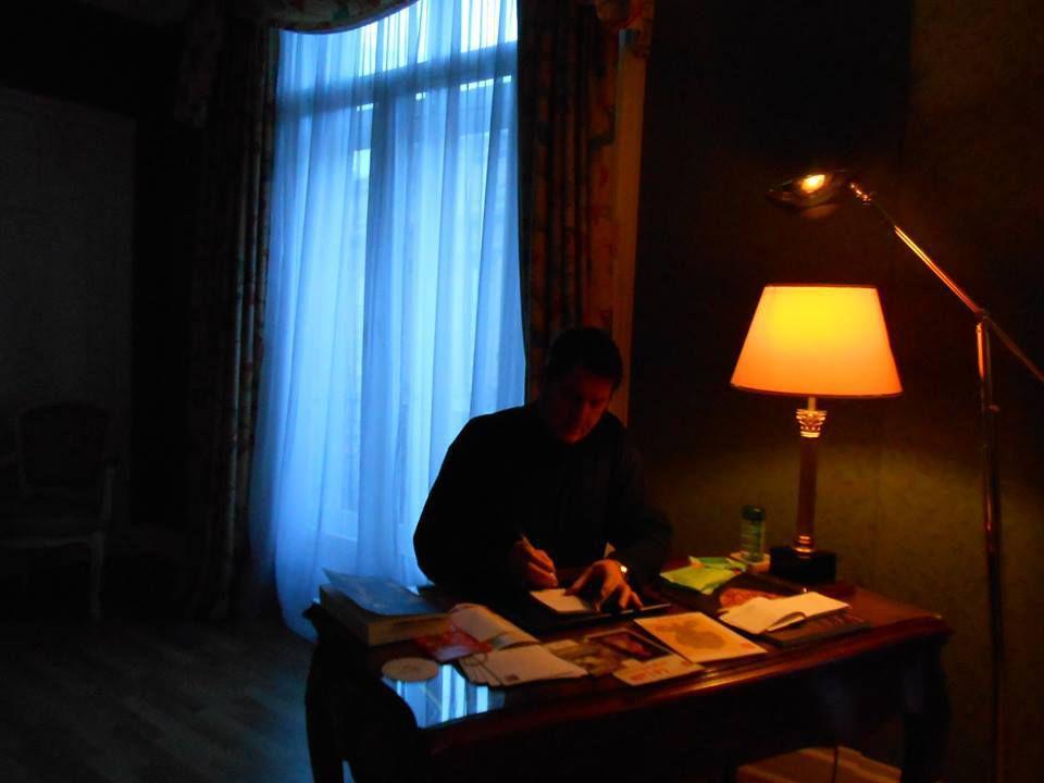 Sous lampe du Carlton, suite 214