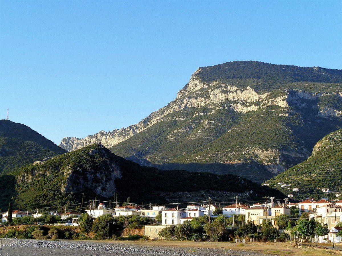 Le petit port de Kyparissi et les falaises de Babala juste au dessus.