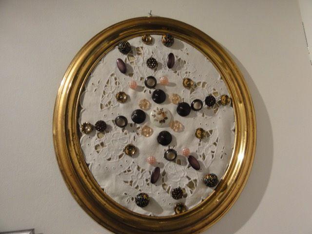 Broderie Richelieu avec boutons en verre, métal et porcelaine peinte