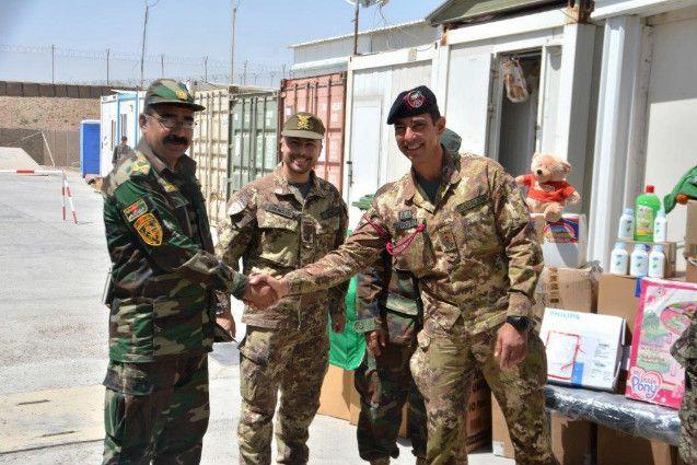 Afghanistan:militari italiani donano materiali ai bambini dei villaggi