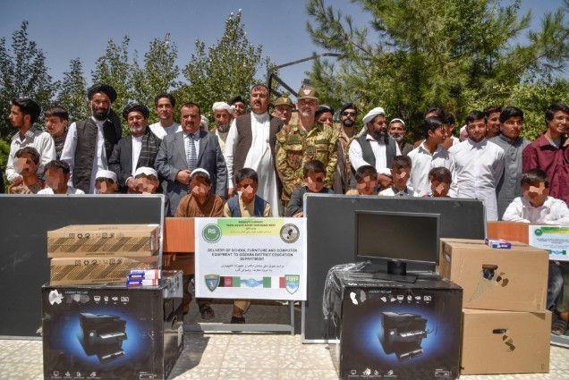 Afghanistan:militari italiani  donano attrezzature a scuole dei villaggi