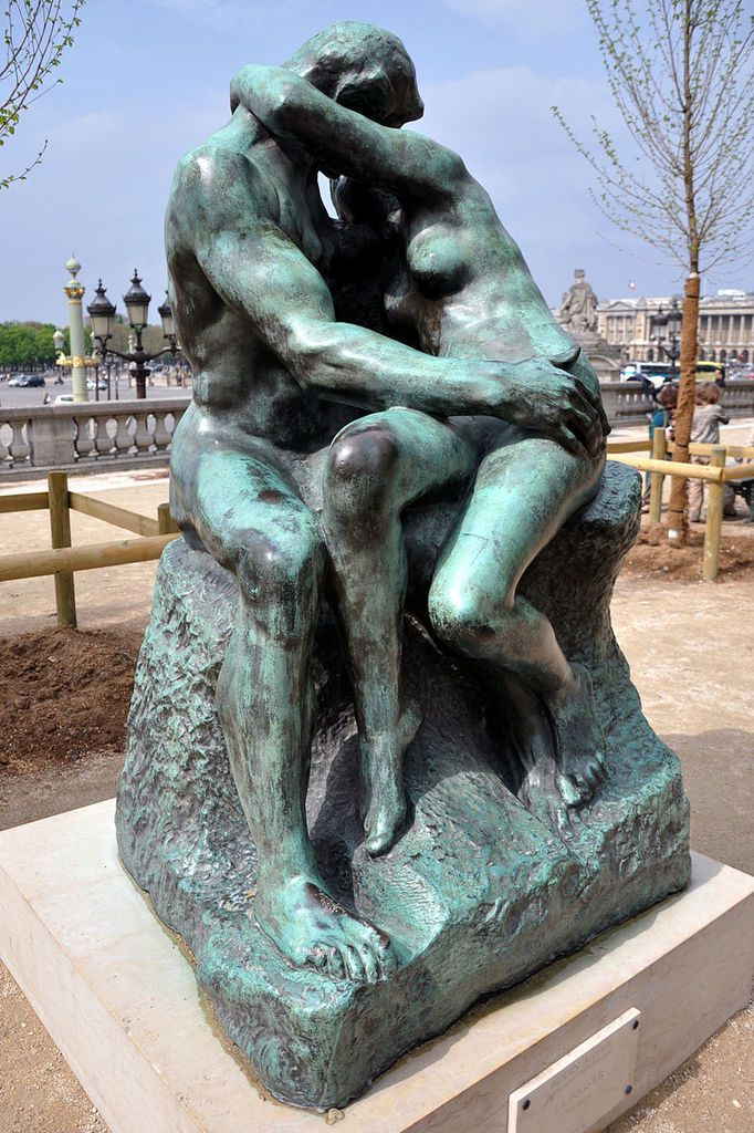 Version du Baiser en bronze au jardin des Tiuleries à Paris