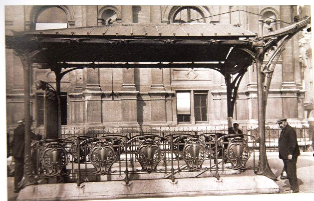 L'édicule à claire-voie installé à la station Hôtel de Ville, rue de Lobau. Collection archives R.A.T.P.