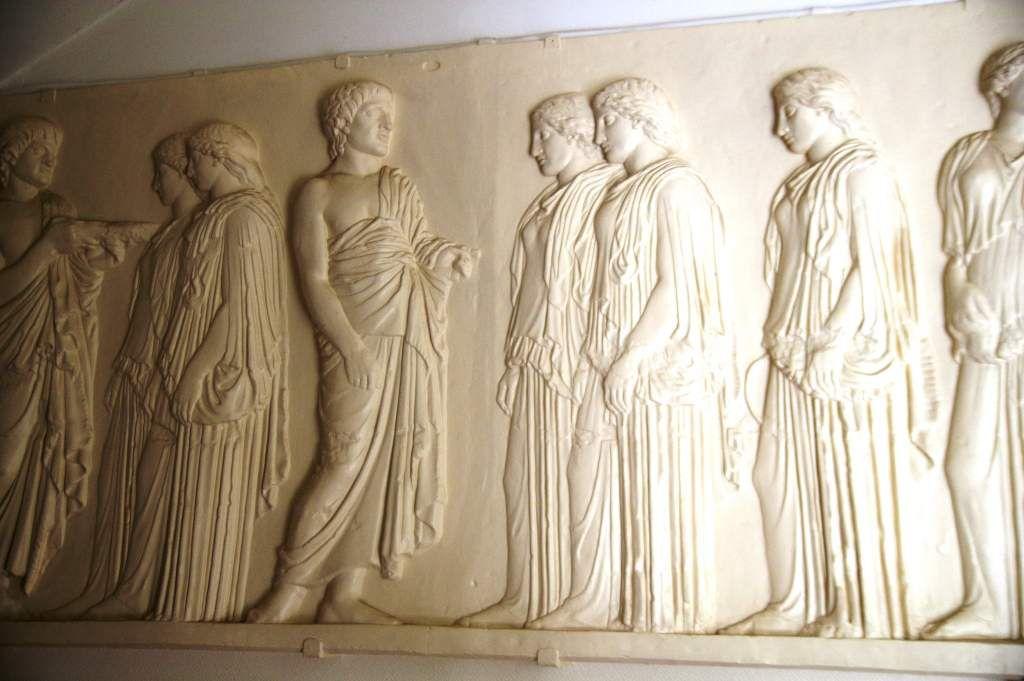 Monlage en plâtre des Ergastines situé dans l'entrée de la villa