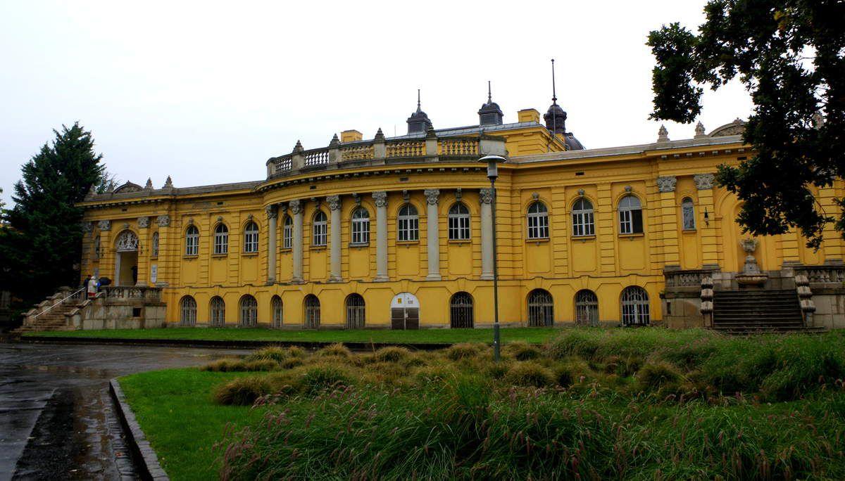 Les bains SZéchenyi gyogyfürdö situés dans le Bois-de-Ville Vàrosliget
