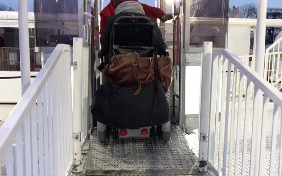 Mon premier tour en grande roue en fauteuil.
