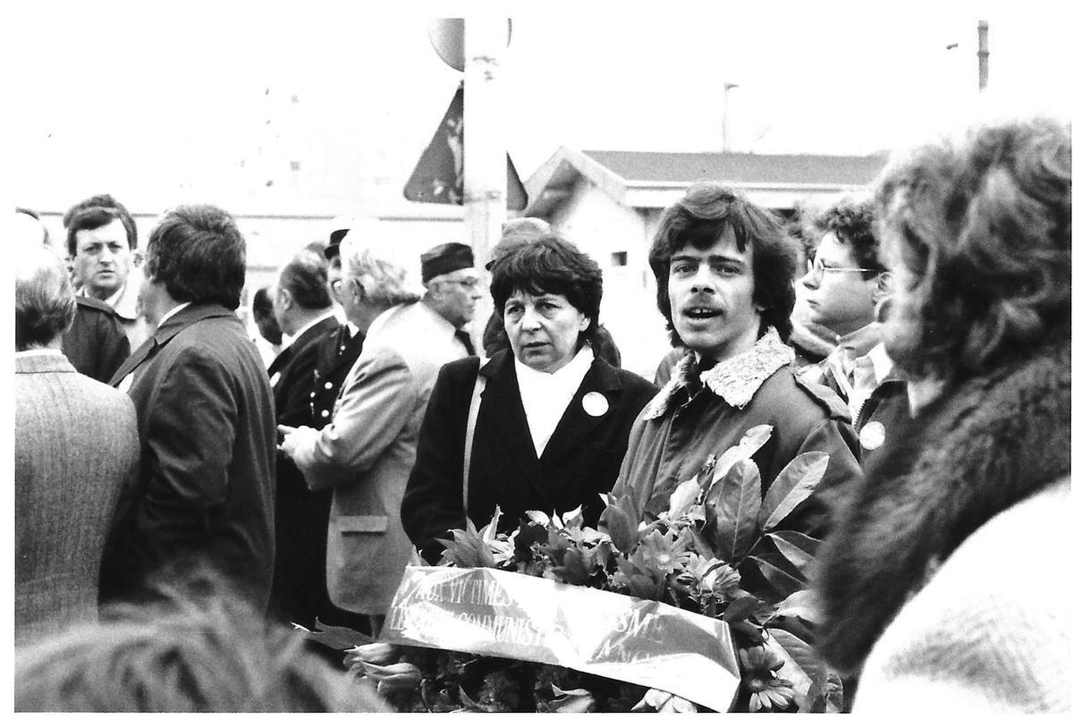 8 mai 1984. Dépôt de gerbe du PCF au sqaure de La Résistance à Manbtes-la-Jolie