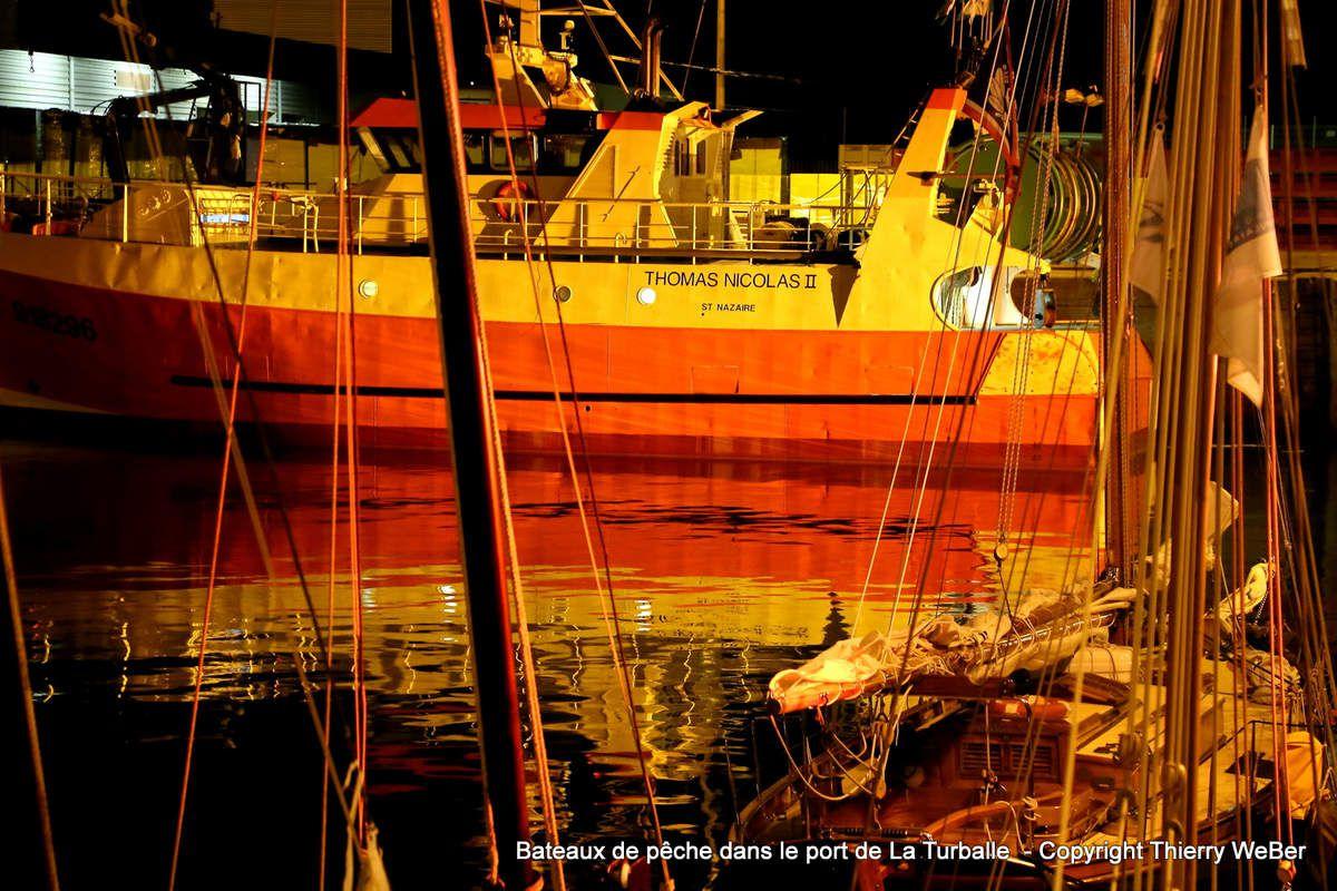 Bateaux de pêche dans le port de la Turballe de nuit