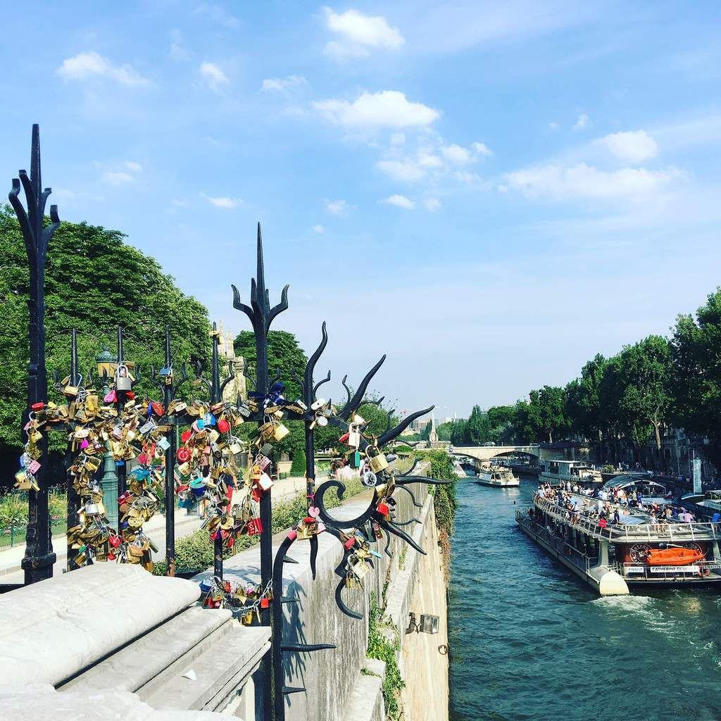 Les cadenas des amoureux. À la cathédrale Notre Dame.