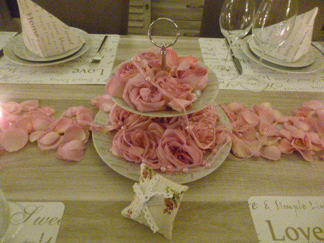 deco table !! pètales de roses !