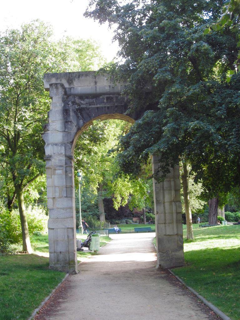 Au Parc Monceau, entre les grilles et les arceaux
