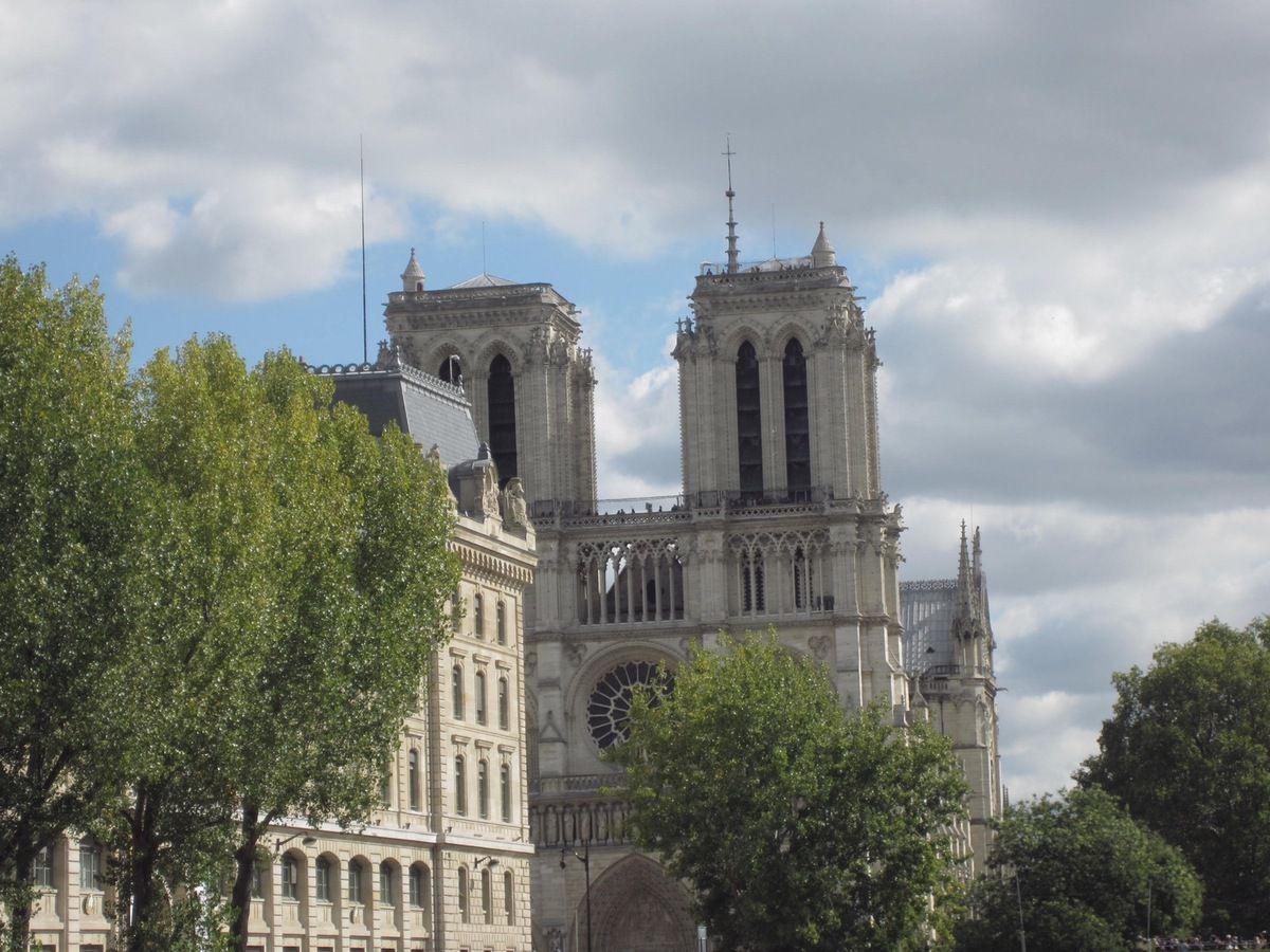 Sur le pont aux Changes, la Cathédrale Notre-Dame, la Conciergerie