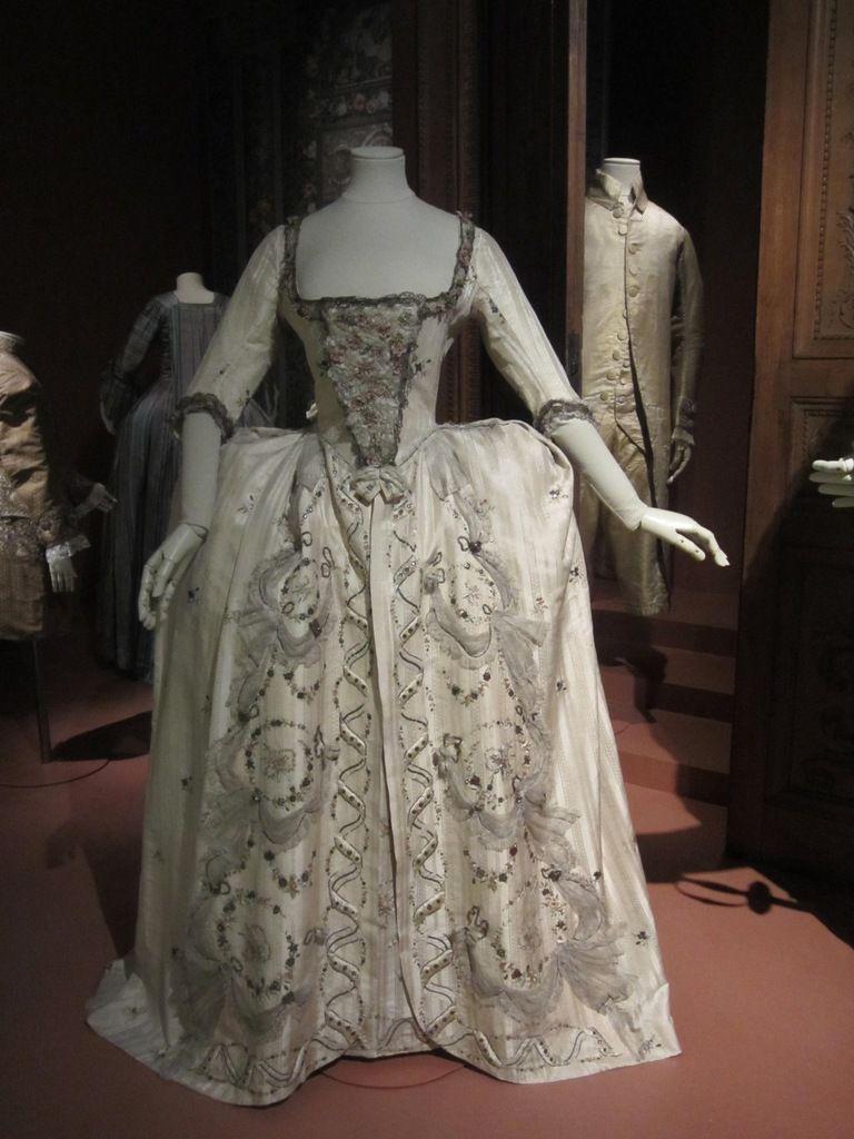 Trois siècles de mode 1715-2015