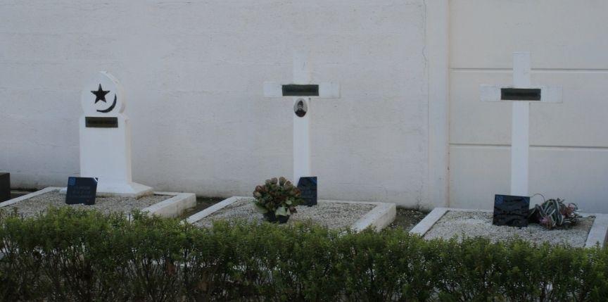 Cimetière d'Issy-les-Moulineaux. De gauche à droite, les sépultures des soldats Mohamed Ben Abdeslem, Jean Salis et Paul Casta.