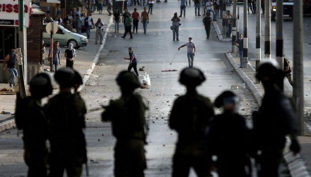 Des soldats israéliens face à des Palestiniens à Bethléem, en Cisjordanie, le 5 octobre 2015 (T.COEX/AFP).