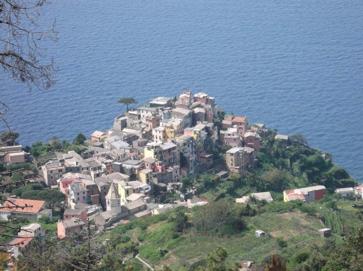 CORNIGLIA est le seul village des 5 terres ne disposant pas d'un accés à la mer. Pour arriver au village depuis la gare distante d'un kilomètre il suffit de monter les 382 marches. Ai capito!!