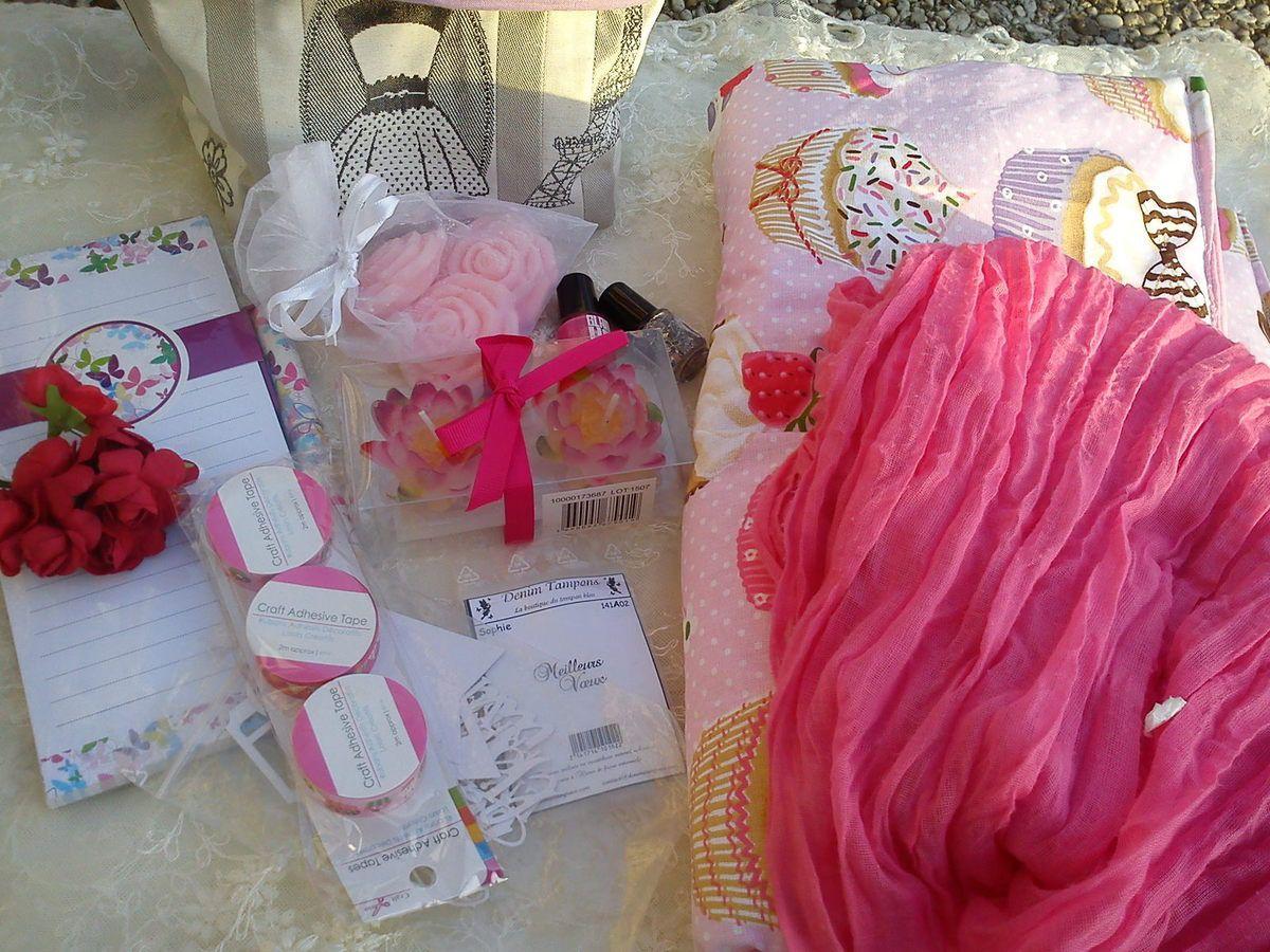 un superbe sac porte tarte, un petit sac, 2 vernis à ongles, bloc notes, écharpe, savons parfumés, bougie, fleurs, masking tape, découpes, un tampon.