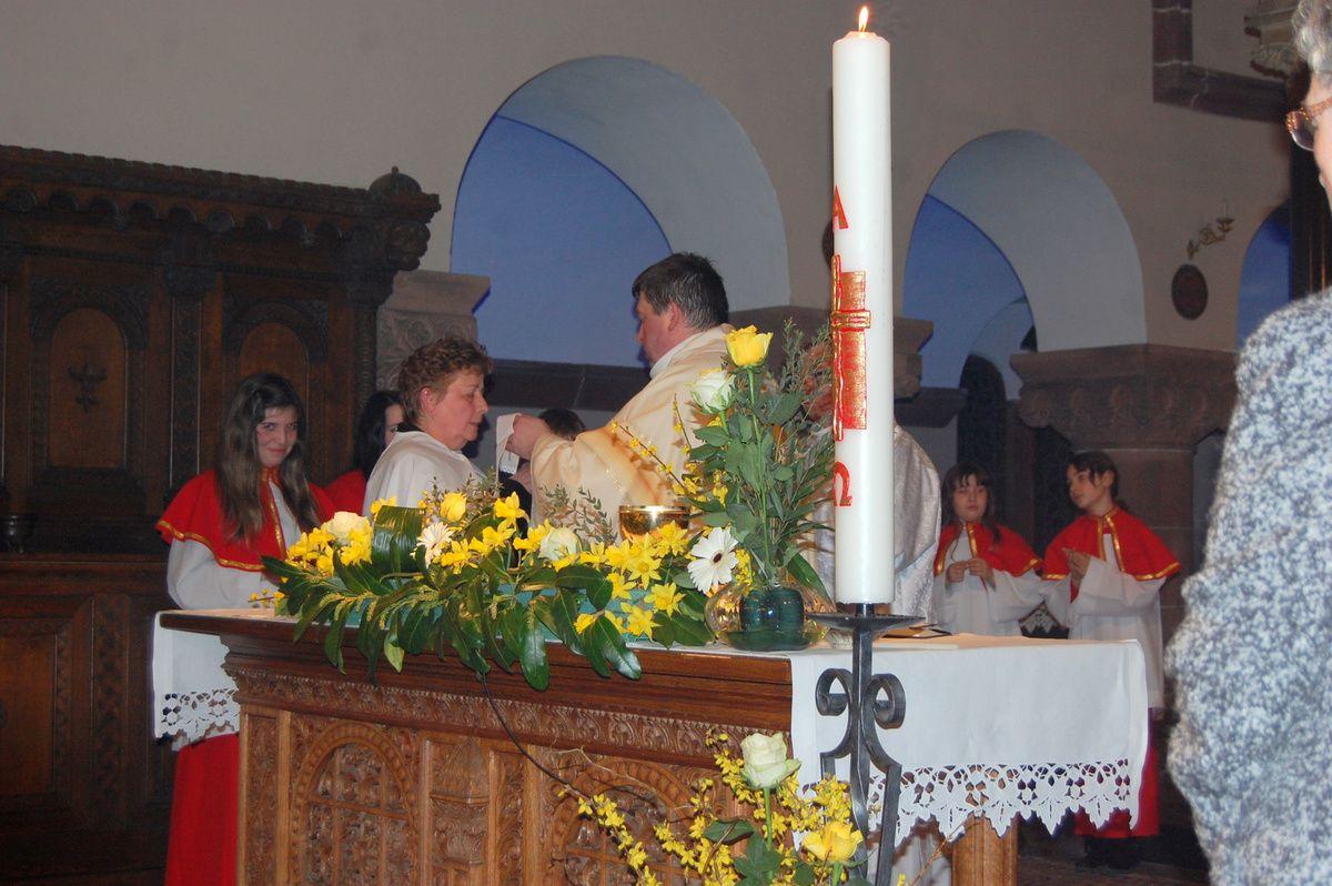 Simone s'approche la première fois de la table de communion